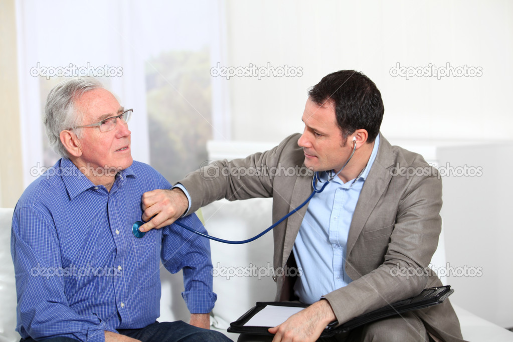 Doctor examining elderly man's health — Stock Photo #6698602