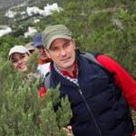 Grupo de caminar en paisaje natural — Foto de Stock