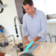 Foto Stock: Mdoing dishes