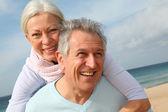 幸福的高级情侣在海滩 — 图库照片