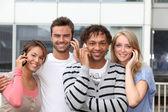 Grupo de amigos con teléfono — Foto de Stock
