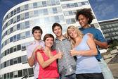 Gruppe von freunden auf college-campus — Stockfoto