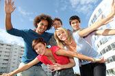 Grupo de amigos no campus da faculdade — Foto Stock