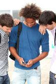 Young met mobiele telefoon op college campus — Stockfoto