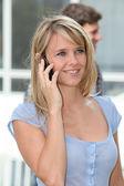 молодая женщина с мобильного телефона на кампусе колледжа — Стоковое фото
