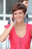 молодая женщина с мобильного телефона — Стоковое фото