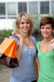 Mujer joven con bolsas de compras — Foto de Stock