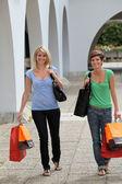 Genç kadınlar alışveriş yaparken — Stok fotoğraf