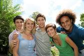 Grupp glada studenter i en park — Stockfoto
