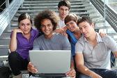 ラップトップ コンピューターを持つ大学生のグループ — ストック写真