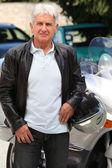 Senior hombre con moto — Foto de Stock