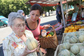 Young woman with elderly woman in grocery shopping — Stock Photo