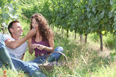 Couple of winegrowers eating grapes — Foto Stock