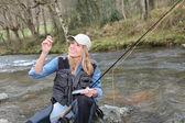 Mujer pesca con mosca — Foto de Stock