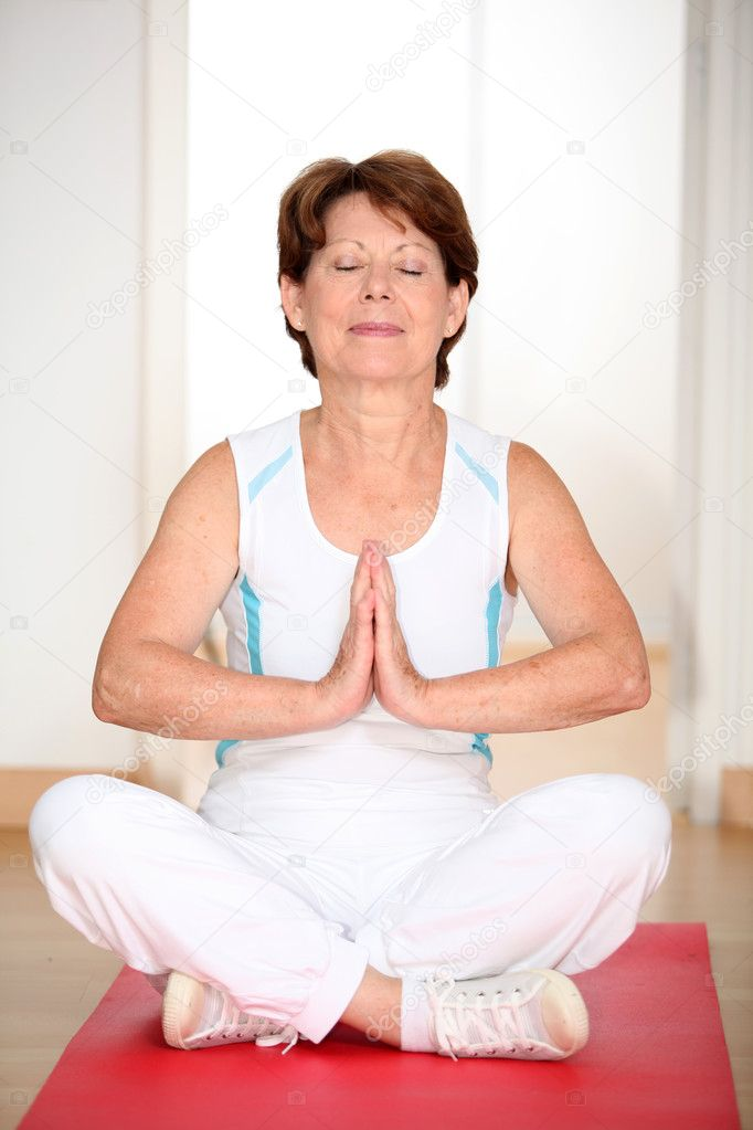 Closeup of senior woman doing stretching exercices — Stock Photo #6702971
