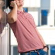 Smiling young man speaking on cellphone — Stock fotografie