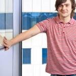 Retrato de joven guapo con la ventana en segundo plano — Foto de Stock
