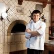 ein junger Chef steht neben Ofen — Stockfoto