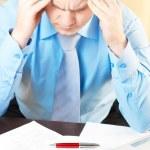 porträtt av en ung affärsman med huvudvärk — Stockfoto