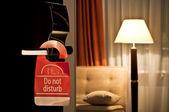 μην ενοχλείτε σημάδι που κρεμά την πόρτα ανοικτή σε ένα ξενοδοχείο — Φωτογραφία Αρχείου