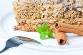 Schöner kuchen mit minze und zimt isoliert auf weiss — Stockfoto