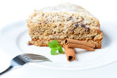 Aardige cake met munt en kaneel geïsoleerd op wit — Stockfoto