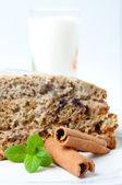 Güzel kek nane ve üzerinde beyaz izole tarçın — Stok fotoğraf