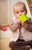 Kameradan bakan yeşil blok holding bebeğim — Stok fotoğraf