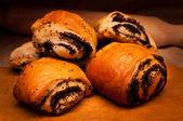 Dessert - mohn-rolle auf einem holzbrett — Stockfoto
