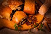 Rolo de sobremesa - papoula em uma placa de madeira — Foto Stock