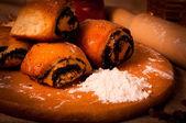 Dessert - poppy roll op een houten bord — Stockfoto