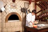 Szef kuchni robię pizzę podstawy — Zdjęcie stockowe