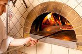 Chef-kok waardoor een pizza basis — Stockfoto