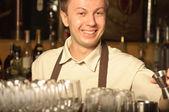 Iş yerinde bir barmen — Stok fotoğraf