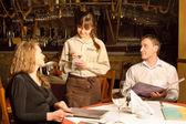 Zlecenie biorąc kelner — Zdjęcie stockowe