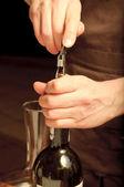 Een sommelier opening wijn fles — Stockfoto