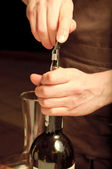 En sommelier öppning vin flaska — Stockfoto