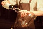 Een sommelier gieten rode wijn — Stockfoto