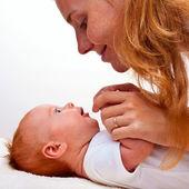 Este es un lindo bebé recién nacido con la madre — Foto de Stock
