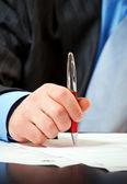商人用钢笔签署合同 — 图库照片