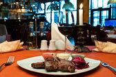 Gegrilltes lamm-rippen mit rüben carpaccio — Stockfoto