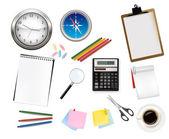 Rekenmachine en sommige kantoorbenodigdheden. vector. — Stockvector