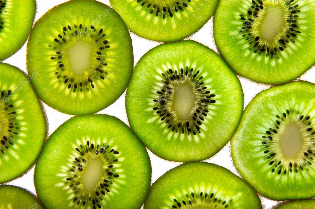 在白色背景上绿色猕猴桃切片– 图库图片