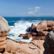 Sea wave breaks against the pink granite rocks — Stock Photo
