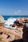 Quebras de onda mar contra as rochas de granito rosa — Foto Stock