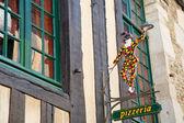 Vieja figura de arlequín en pizzeria — Foto de Stock