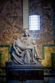 De piëta - beeldhouwwerk gemaakt door michelangelo buonarroti, vaticaan — Stockfoto