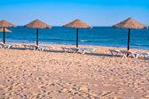 Stro strand parasols oceaan kommuna — Stockfoto