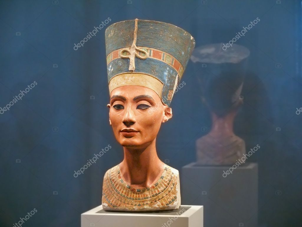 BERLIN - SEPTEMBER 2005: Famous bust of Queen Nefertiti in Berlin Pergamon Museum, September 4, 2005 in Berlin, Germany — Stock Photo #5776823