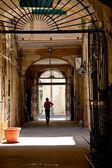 Cortile interno di casa urbana italiana — Foto Stock